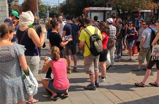 The unsuspecting tourists are getting ready for their tour Нищонеподозиращите туристи се подготвят за тура
