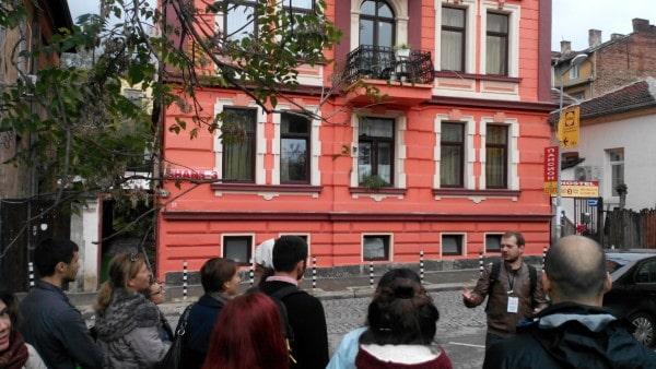 Стефан разказва на гостите си за къщата на търговеца Николай Караджов, строена през 1902 г. Първоначално двуетажна, впоследствие тя е надстроена. Днес в нея се помещават хостели.