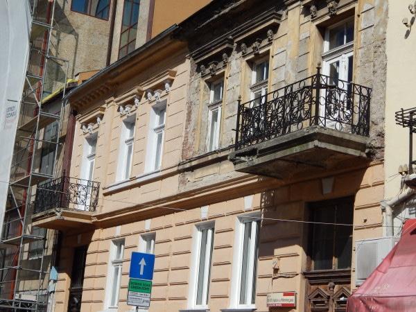 Това всъщност са две къщи-близнаци, принадлежали някога на братята търговци Михайлови-Йонеску.